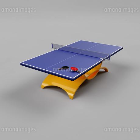 おしゃれなデザインの脚を備えた卓球台の上に置かれた2本の卓球用のラケットと1個の卓球用のボール(3D CG画像)のイラスト素材 [FYI03452937]