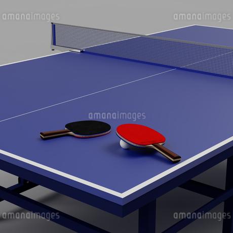 一般的な卓球台の上に置かれた2本の卓球用のラケットと1個の卓球用のボール(3D CG画像)のイラスト素材 [FYI03452939]