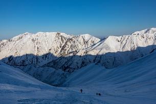 北アルプス 春雪の飛騨沢と笠ヶ岳の写真素材 [FYI03452979]