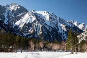 北アルプス 春雪の槍平より穂高連峰の写真素材 [FYI03452982]