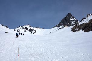 北アルプス 槍ヶ岳を目指して春雪の槍沢を登るの写真素材 [FYI03452983]