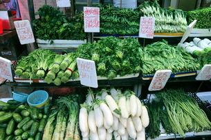 香港・旺角(モンコック/Mong Kok)の市場で売られる野菜。ダイコンなど、日本になじみのある野菜や中国白菜、カイラン菜など、色々な野菜が売られる の写真素材 [FYI03453106]