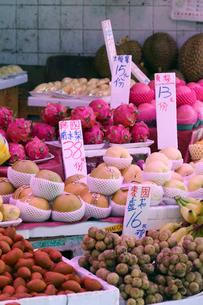 香港・旺角(モンコック/Mong Kok)の市場で売られるドラゴンフルーツなどの果物。日本、タイ、米国など、世界中から輸入されている。の写真素材 [FYI03453337]