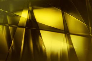ゴールドメタリックなクールなガラス質感のアブストラクトの写真素材 [FYI03453458]