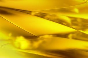 ゴールドメタリックなクールなガラス質感のアブストラクトの写真素材 [FYI03453463]