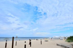 ラトビア・ユールマラのリガ湾のビーチに設置された色々なオブジェと海岸を散歩する人々の写真素材 [FYI03453509]