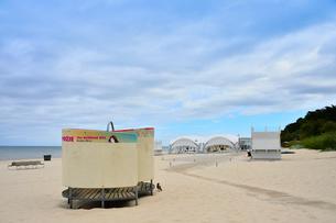 ラトビア・ユールマラのリガ湾のビーチを更衣する為のカラフルな広告の入った設置物と店舗などの建物の写真素材 [FYI03453531]