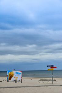 ラトビア・ユールマラのリガ湾のビーチの案内板と更衣する為のカラフルな広告の入った設置物の写真素材 [FYI03453555]