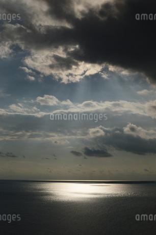 海上を照らす薄明光線の写真素材 [FYI03453582]