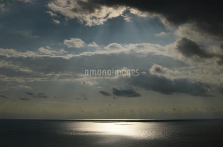 海上を照らす薄明光線の写真素材 [FYI03453586]
