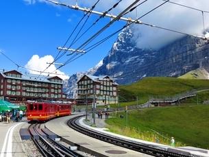 スイス、クライネシャイデック駅の赤い列車の写真素材 [FYI03453604]