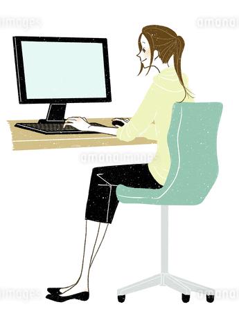 女性-デスクトップPC-全身-笑顔のイラスト素材 [FYI03453765]