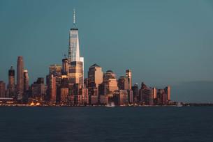 ニューヨーク、ロウアーマンハッタンの夕暮れの写真素材 [FYI03453803]