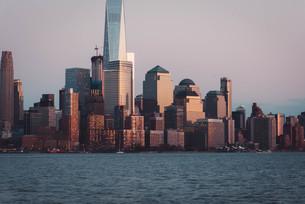 ニューヨーク、ロウアーマンハッタンの夕暮れの写真素材 [FYI03453809]