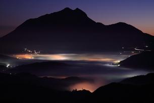 湯布院の朝霧の写真素材 [FYI03453849]