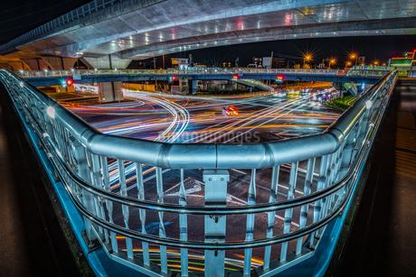 道路交通 夜の上天神町交差点の様子の写真素材 [FYI03453876]