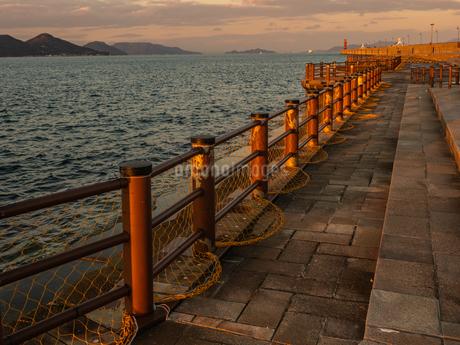 香川県 サンポート 夕暮れの高松港周辺の写真素材 [FYI03453877]