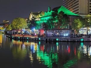 中国 無錫 運河 夜景 イルミネーション ウォーターフロント カフェの写真素材 [FYI03453952]
