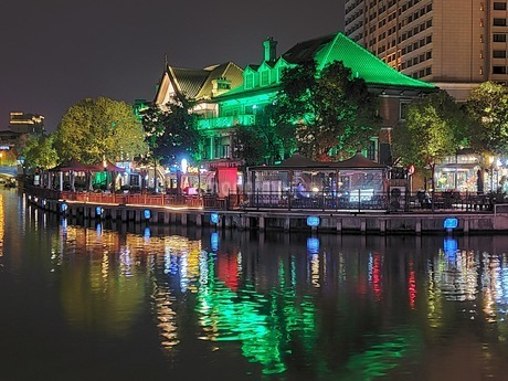 中国 無錫 運河 夜景 イルミネーション ウォーターフロント カフェの写真素材 [FYI03453953]