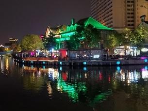 中国 無錫 運河 夜景 イルミネーション ウォーターフロント カフェの写真素材 [FYI03453954]