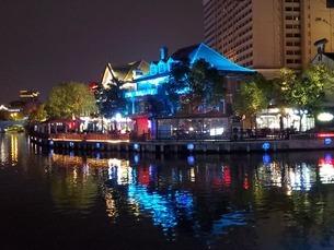 中国 無錫 運河 夜景 イルミネーション ウォーターフロント カフェの写真素材 [FYI03453955]
