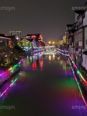 中国 無錫 運河 夜景 イルミネーションの写真素材 [FYI03453956]