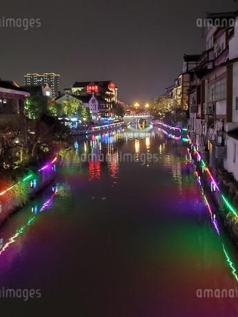 中国 無錫 運河 夜景 イルミネーションの写真素材 [FYI03453957]