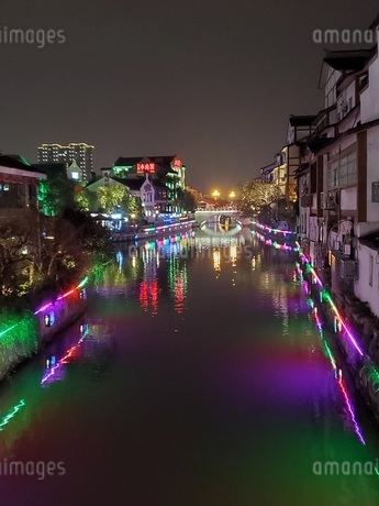 中国 無錫 運河 夜景 イルミネーションの写真素材 [FYI03453958]