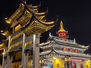 中国 無錫 寺院 塔 門 夜景の写真素材 [FYI03453959]