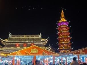 中国 無錫 寺院 塔 夜景の写真素材 [FYI03453960]