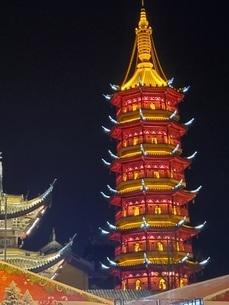 中国 無錫 寺院 塔 夜景の写真素材 [FYI03453961]