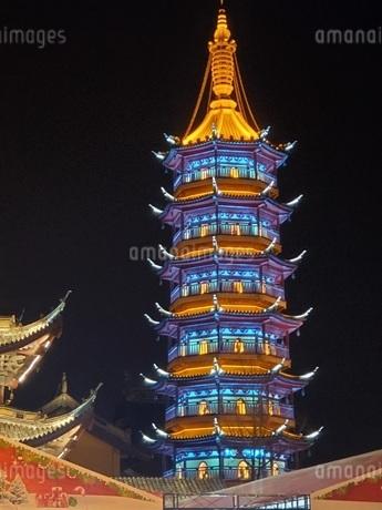 中国 無錫 寺院 塔 夜景の写真素材 [FYI03453962]