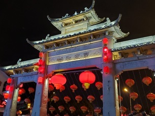 中国 無錫 門 夜景 灯篭 提灯の写真素材 [FYI03453964]