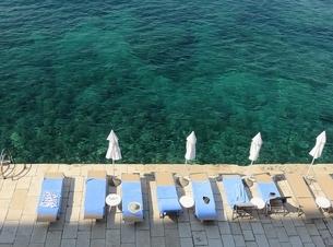 ゼリーのような青い海でバカンスの写真素材 [FYI03454100]
