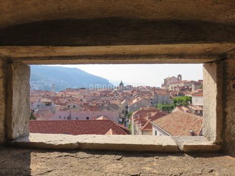 ドブロヴニク城壁の窓から見る旧市街の写真素材 [FYI03454117]