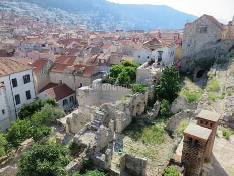 クロアチア・ドブロヴニク旧市街の廃墟とオレンジ屋根の写真素材 [FYI03454118]
