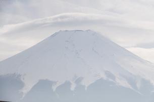 笠雲をかぶる富士山の写真素材 [FYI03454235]