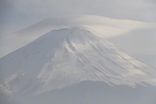 笠雲をかぶる富士山の写真素材 [FYI03454236]