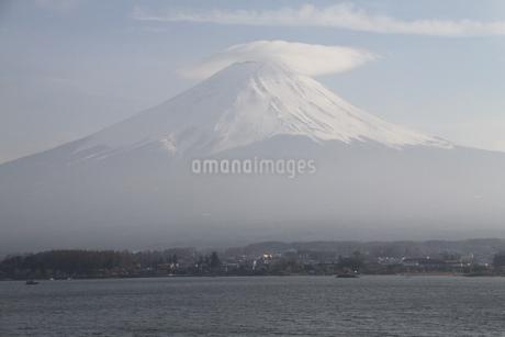 笠雲をかぶる富士山の写真素材 [FYI03454237]
