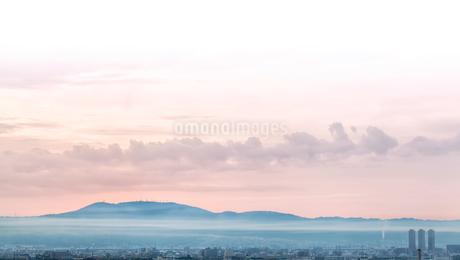 霧深い朝の生駒山の写真素材 [FYI03454578]