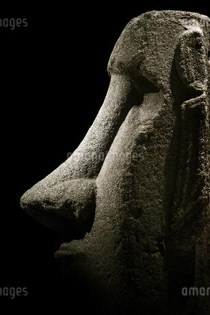 黒背景のモアイ像の写真素材 [FYI03454581]