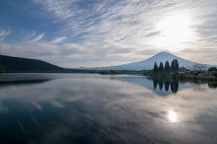 湖と富士山の写真素材 [FYI03454627]