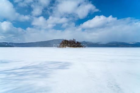 凍った阿寒湖の写真素材 [FYI03454631]
