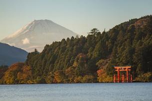 芦ノ湖から見る富士山と箱根神社の写真素材 [FYI03454639]
