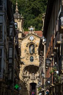 サンタマリア教会とサンセバスティアン旧市街の写真素材 [FYI03454700]