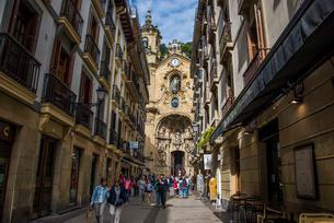 古都サンセバスティアン旧市街とサンタマリア教会の写真素材 [FYI03454701]