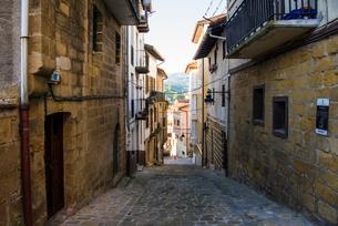 バスク地方・オリオ村の路地の写真素材 [FYI03454715]