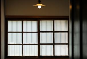 部屋の窓と灯りの写真素材 [FYI03454796]