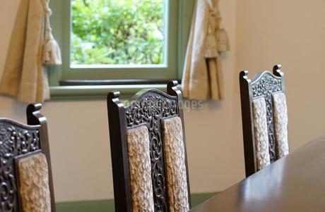 部屋の窓とカーテンの写真素材 [FYI03454805]