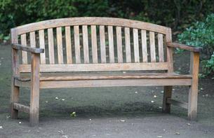 公園の木製ベンチの写真素材 [FYI03454806]